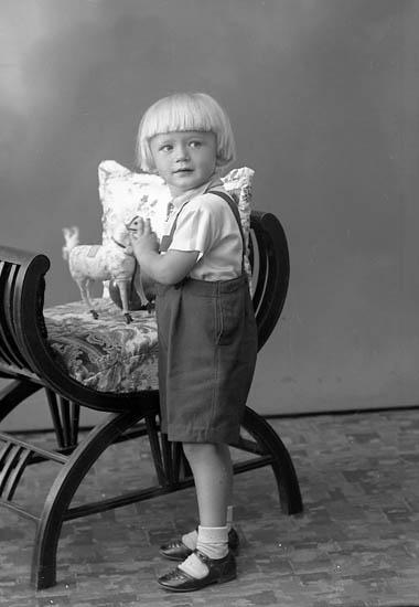 """Enligt fotografens journal nr 6 1930-1943: """"Fransson, Roland Dal Ucklum""""."""