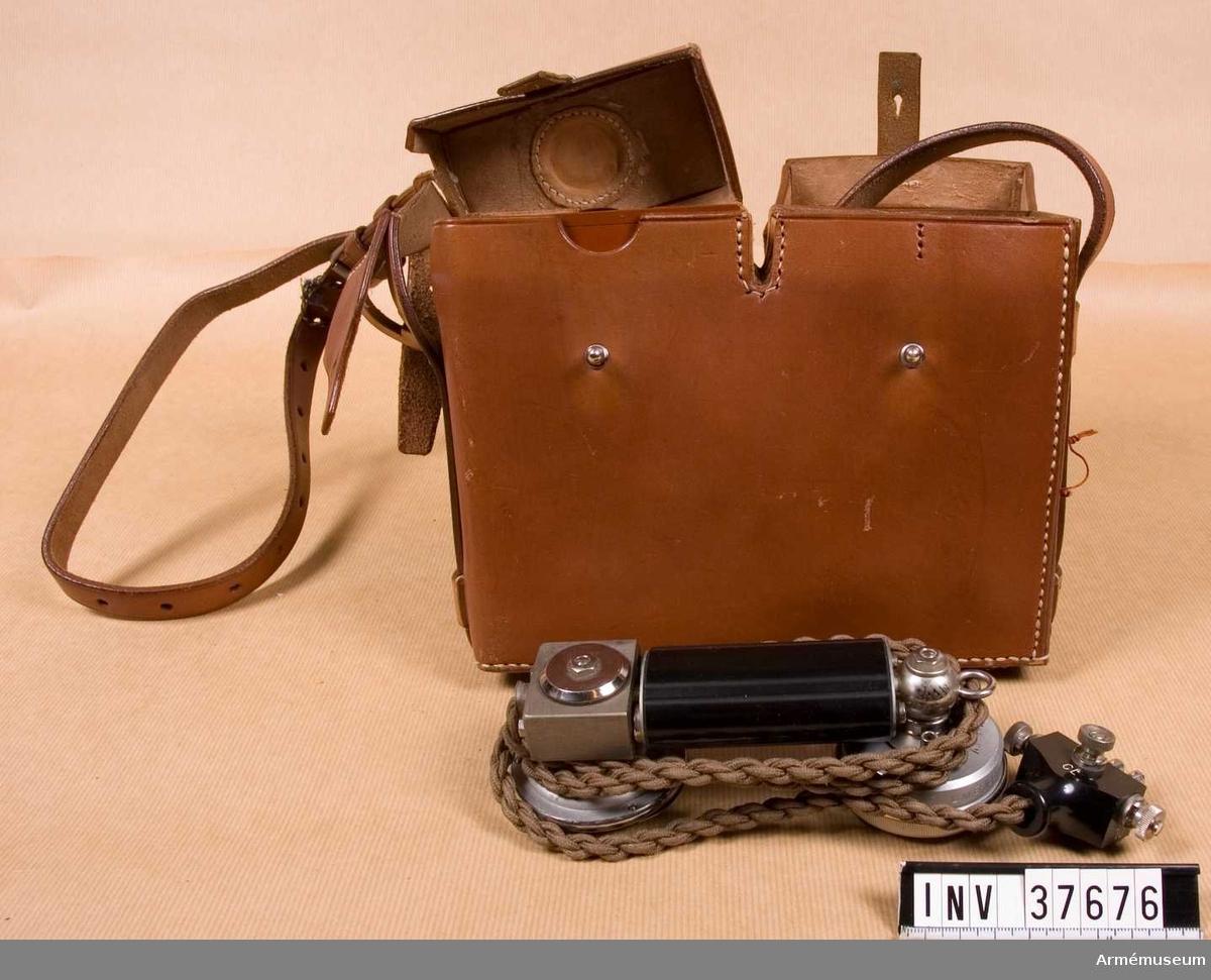 Grupp H I.   Samhörande nr AM.037676-AM.037677, telefonapparat, väska.