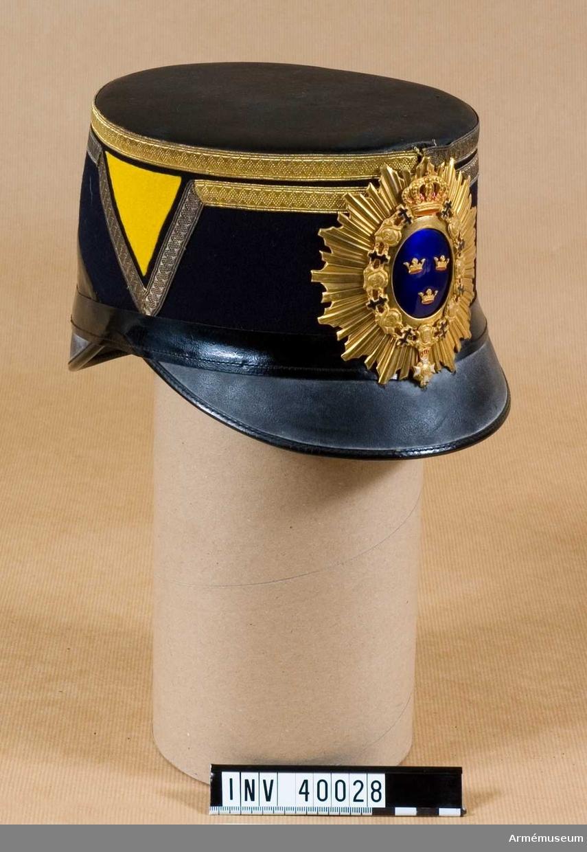Grupp C I. Ur uniform för kapten vid Göta artilleriregemente och vid Flygvapnet. Består av attila, långbyxor, käppi, pompong, plym, kartusch, kartuschrem, sabelkoppel.