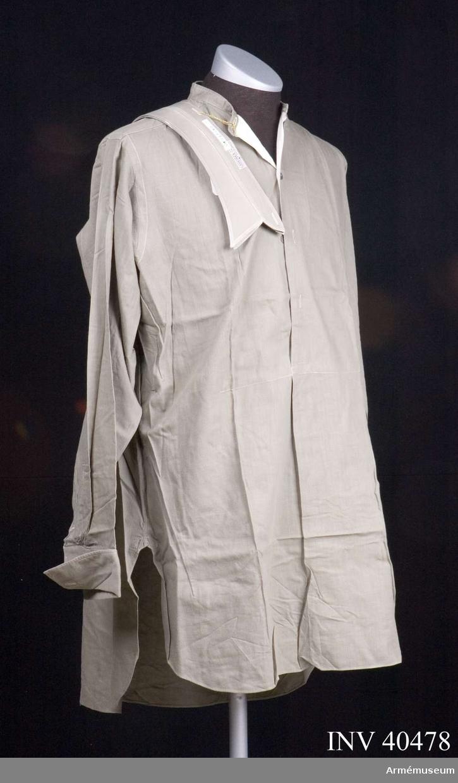Grupp C I. Skjorta m/1939 med lös krage ur uniform för major vid Roslagens luftvärnsregemente.