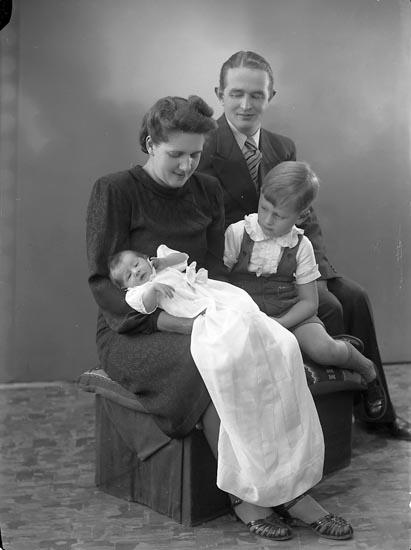 """Enligt fotografens journal nr 6 1930-1943: """"Ryde, Herr Knut G. Här""""."""