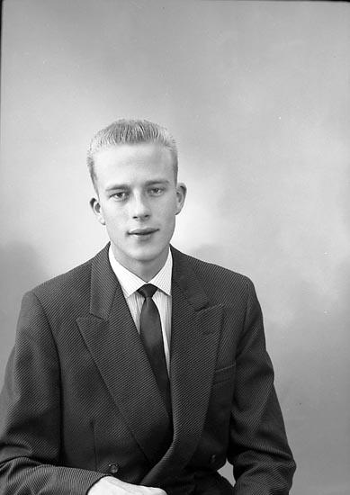 """Enligt fotografens journal nr 9 1958-: """"Hedin, Herr Bengt Stenungsund""""."""