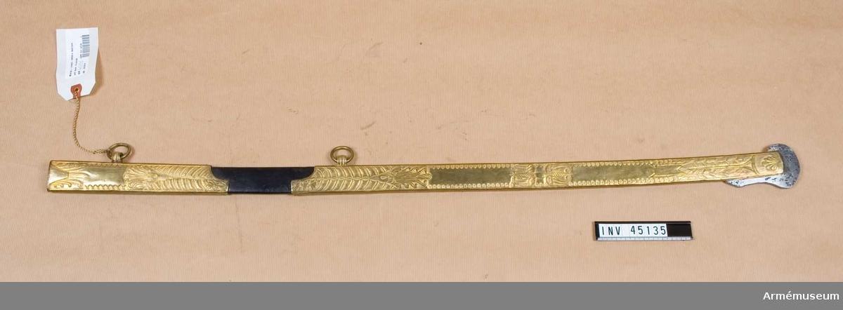 Grupp D II Fransk typ. Balja av läder med två långa beslag av förgylld mässing, som täcker större delen av densamma.  Samhörande nummer är AM.45134-5