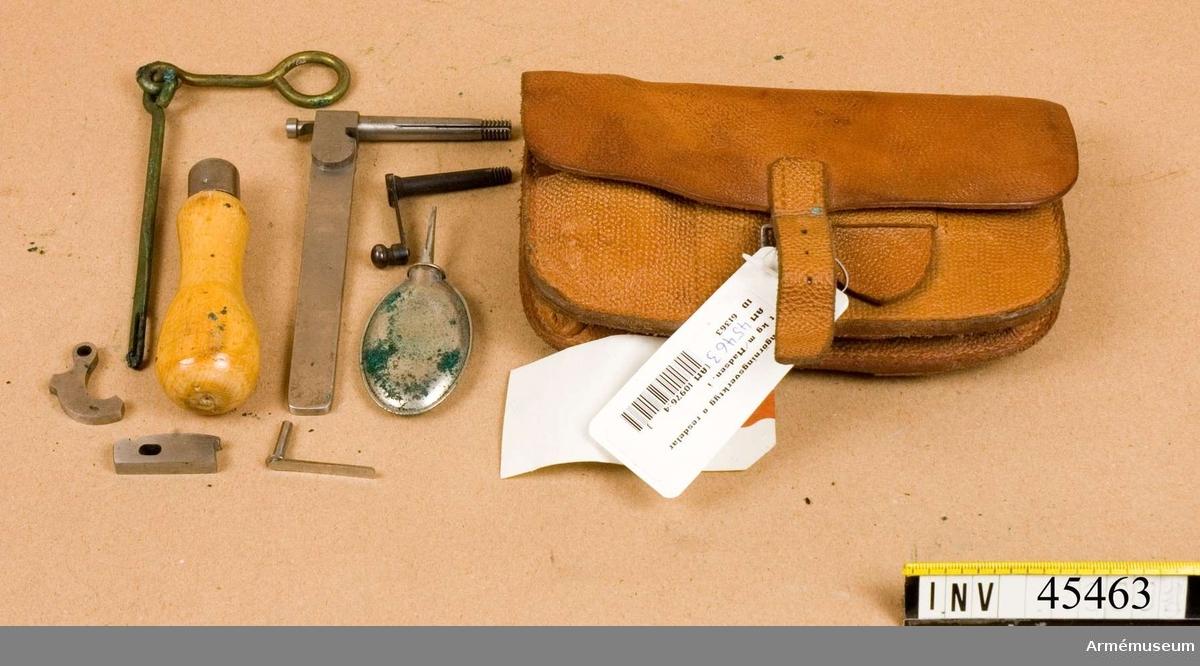 Grupp E IV.  Tillbehör till kulsprutegevär består av: fodral, kolvstöd av  aluminium, väska med rengöringsredskap, väska med 2 magasin,  rem, väska med rem, 6 läderfodral, 2 påsar av gummityg,  skyddsläder.