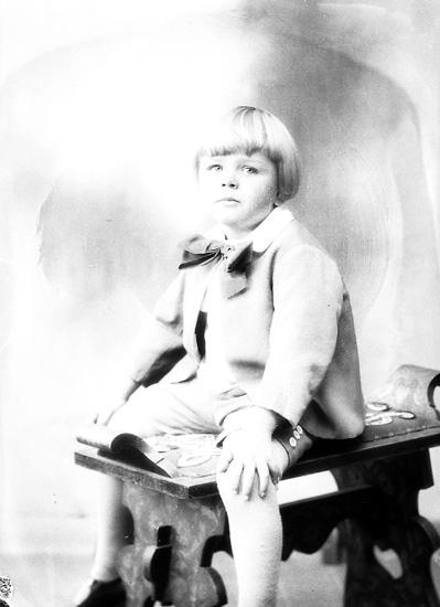 """Enligt fotografens journal nr 5 1923-1929: """"Asker, Bertil, St. Askerön, Stenungsund""""."""