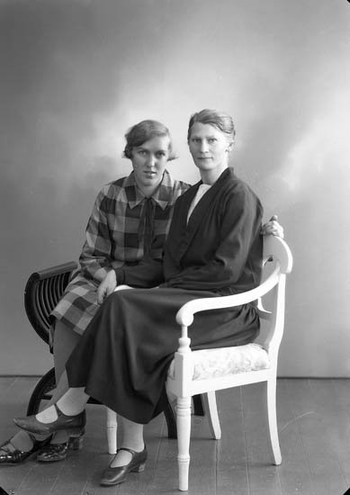 """Enligt fotografens journal nr 5 1923-1929: """"Svensson, Fr. Hilda S. Skår""""."""