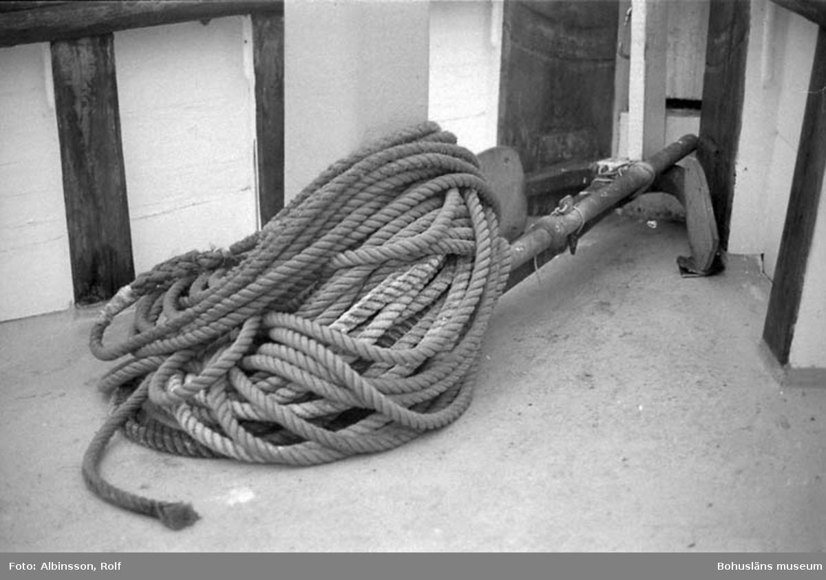 """Enligt fotografens noteringar: """"I fören ett reservankare som används till eventuellt haveri för att hindra båten från att driva. Man kan även släppa trållämmarna."""" Fototid: 1996-03-06."""