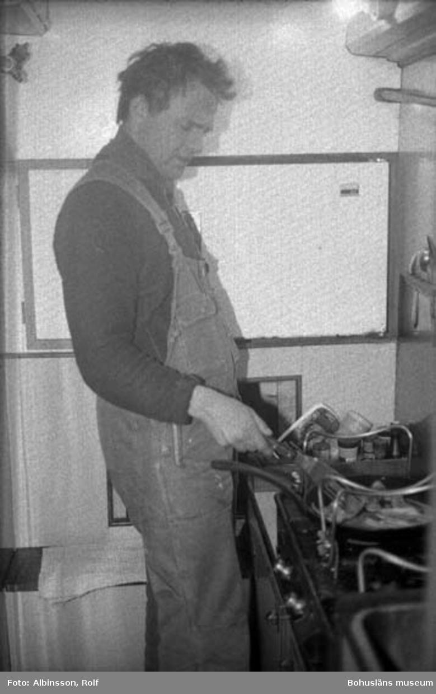 """Enligt fotografens noteringar: """"Harald Hansson i byssan, han steker fläsk.""""  Fototid: 1996-03-06."""