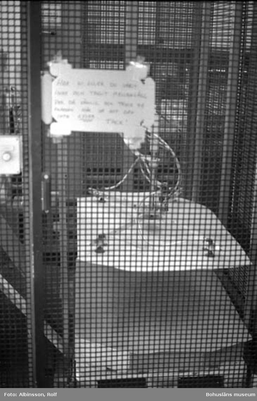 """Enligt fotografens noteringar: """"De olika momenten när brickan hamnar på pall. Man ser även det automatiska påsättandet av mellanlägg mellan varje lager burkar.""""  Fototid: 1996-03-14."""