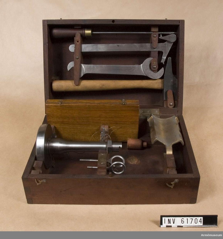 Grupp F I.  Samhörande är eldrör, lavett, viskare, ansättare, låda med reservdelar och verktyg till bakladdningsmekanism, mynningsfodral.