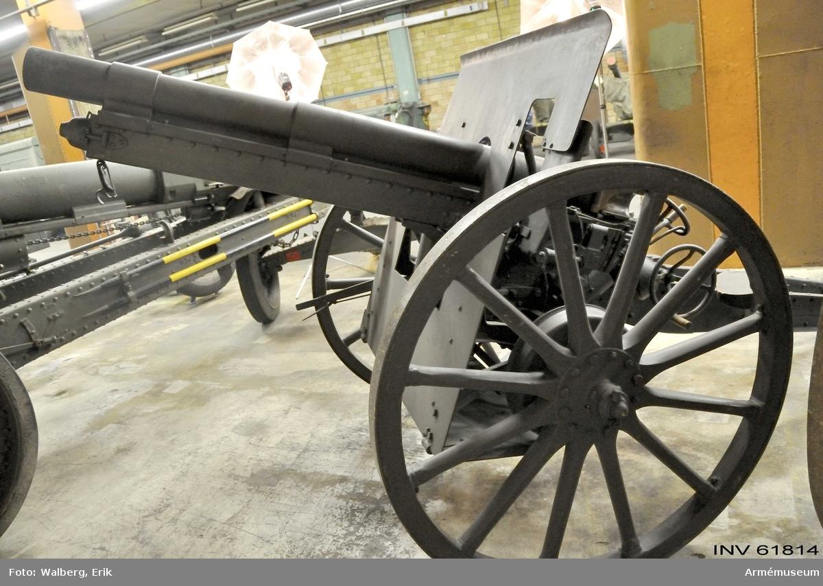 Grupp F I.  Eldrör till 7 cm kanon m/1902-33. Låsningen är spräckt. Mekanismen är m/1902 med förändrat handtag.