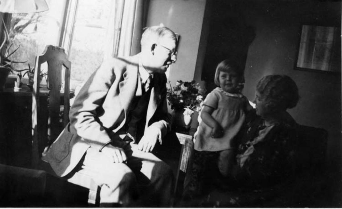 Skrivet på baksidan: Torgny Edqvist med sin svärmor och lilla Susanne Malmö våren 1937