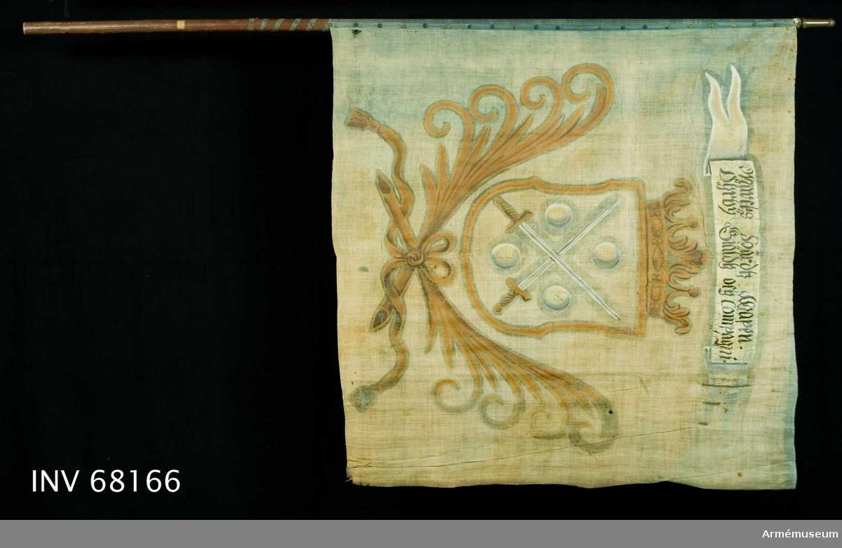 Duk: Tillverkad av enkel blå linnelärft, sammankastad med en fällsöm i mitten vertikalt, två våder. Stad i vertikala ytterkanten, fållen i över- och nederkanten lagd åt dukens utsida. Fäst med en rad tennlickor (formade som sexuddiga stjärnor) på band. Bandet fortsätter ned på stången.  Dekor: Målad lika på båda sidor, i mitten i gult en med öppen krona krönt sköld, nedtill innefattad av två korsade och med långa tofsprydda band hopknutna palmkvistar. I skölden två korsade svärd med vita klingor och gula fästen, följda av fyra i vinklarna ställda vita kulor. På det vita inskriptionsbandet.  Stång: Tillverkad av trä, brunmålad, avsågad. Holk av mässing.