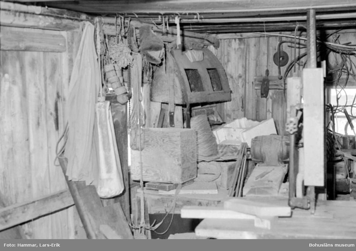 """Motivbeskrivning: """"F.d varv i Skredsvik, interiör från båtbyggarverkstaden. Bl.a syns mitt i bilden äldre skåp (se Bb 16:5)."""" Datum: 19800717"""