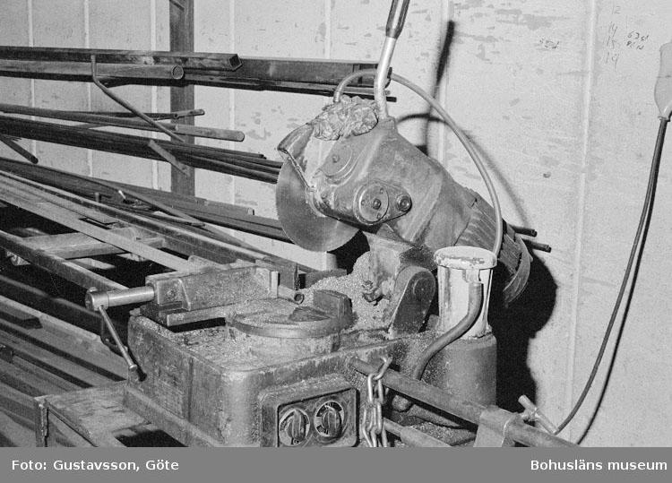"""Motivbeskrivning: """"Gullmarsvarvet AB, Ulseröd, på bilden syns en kallsåg."""" Datum: 19801031"""