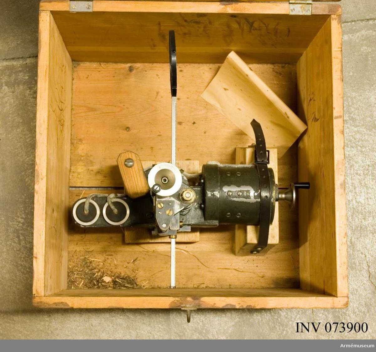 Grupp F.III. Riktinstrument bestående av: 1. Cirkelkorn med motor och samh. låda. 2. Sikte. 3. Sändare 2.st. i låda. 4. Accumulator i låda. 5-7. Kablar med anslutningar.