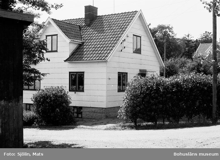 """Bohusläns samhälls- och näringsliv. 2. STENINDUSTRIN. Film: 41  Text som medföljde bilden: """"Arbetar bostad. Tullboden. Juli 1977."""""""