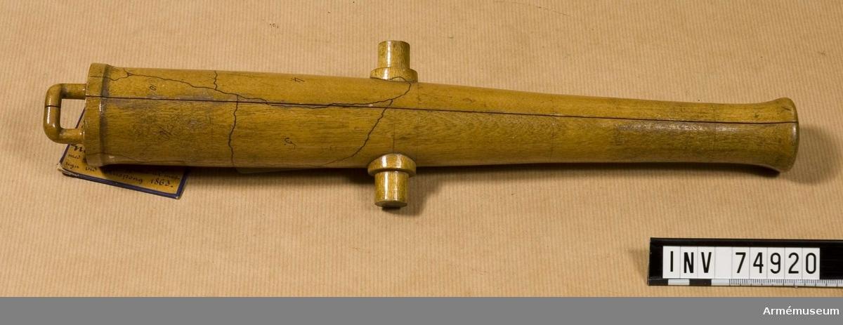 Grupp F:V. Gjuten ur masugn vid Finspång 1863 med gjut n:o. 10. av 2:a kl. järn. Denna kanon, tillika med 1850, uttogs oupprefflade till kontrollpjäser vid leverans vid nämnda bruk av 46. st. 8. cm. framladdningskanoner m/1863, enl. kontrakt av 1863, och var denna den mjukaste kanonen i denna leverans. Sprang sfter undergången prov-& kontrollskjutning i 4:de sprängskottet för en laddning av 1,91 kg, (4,5 pund) krut, samt 3 cylindrar av tillsammans 11,9 kg. (28 pund) vikt.
