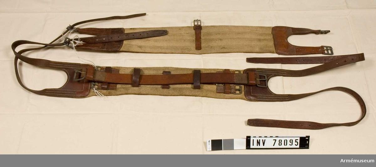 Grupp: K:I. Sadelgjord m slejfer för överbladsgjord till packsadel, av schweiziska arméns modell.