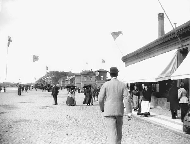"""""""Norra Hamngatan."""" Plats: Uddevalla Datum: 30 Juli 1895 Tid: Kl 11.15 f.m. Ljus: Solsken  Bländare: No 2 Objektiv: Svenska Express Exponering: Hastighet No 3 Framkallning: Hydrochinon, Eikonogen"""