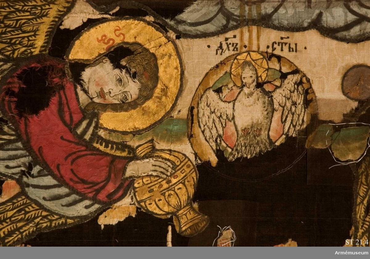 """""""Een stoor Öfwerste fahna af 4 3/4 ahl högd och  5 1/2 ahl lång, på högre sijdan uppåå hwidt Damasch, Guddoml:heeten öfwerst och Zharen uppå sin Thron Inunder, deromkring änglar och helgon dehls måhlat och dehls sydt medh allehanda färgat damasch, Randen omkring af blåt Damasch, Sydt medh löfwärck af färgat Damasch; på wänstra sijdan samma arbete, fahnan är rundt om kring medh gull frantzar."""""""