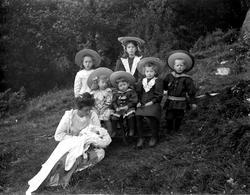 Anna Egelström Olsson med familjens sju barn