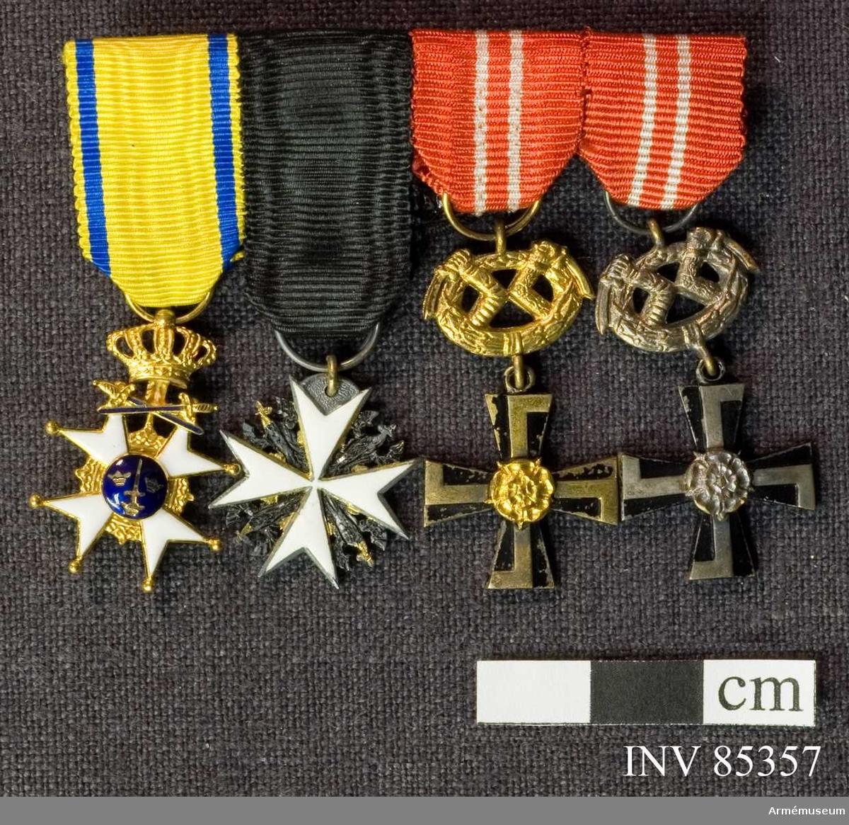 Grupp M II.  1. Riddare av kungl Svärdsorden. 1 kl. 2. Riddare av Johanniterorden (Brandenburg). 3. Finska Frihetskorset 3 kl med svärd. 4. Finska frihetskorset 4 kl med svärd.