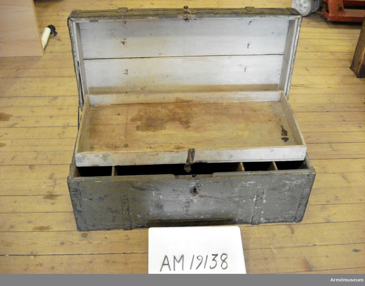 Grupp IVI. Kista för regementsskrivare från 1800-talets början. Inredd med fack och innerlåda, i övrigt tom.