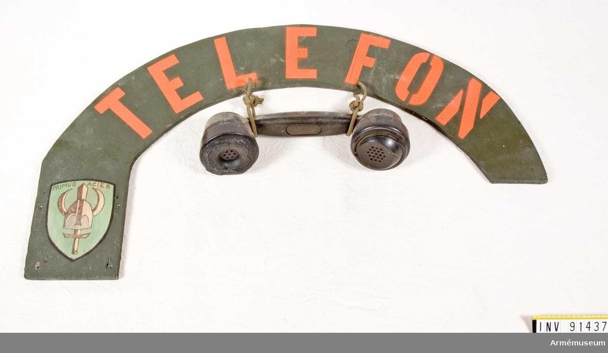 Träskylt med fastsatt telefonlur