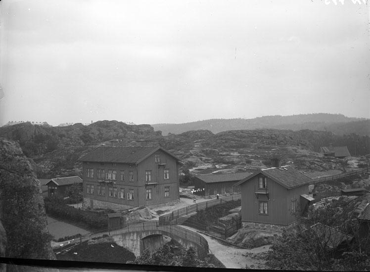 """Enligt tidigare noteringar: """"Bostadshus tillhörande Uddevalla Tändsticksfabrik, och bro över järnvägen vid Samnerödsvägen."""""""