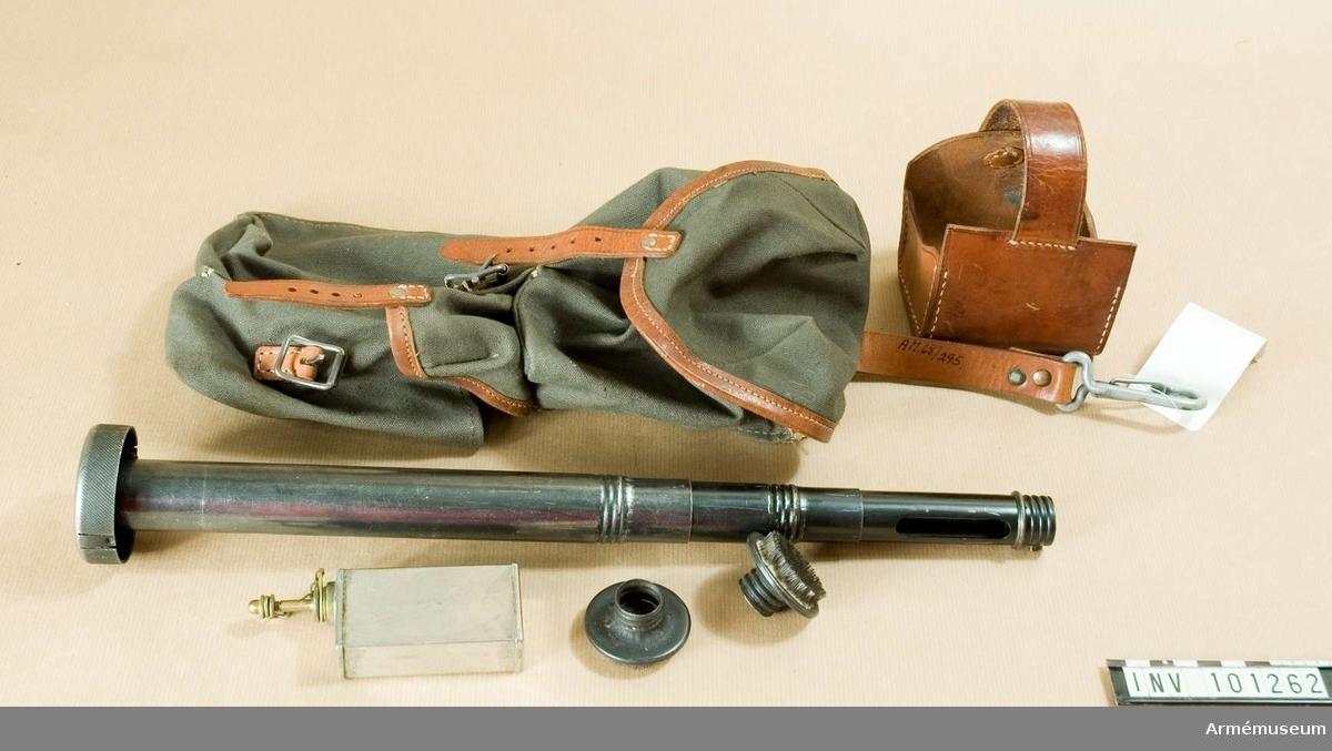 Bestående av: Fodral m/1940 m tillb. t granatkastare kal 47.Består av: 1 fodral av väv, 1 viskarstång, 1 skydd i läder, 1 oljekanna m/1921.