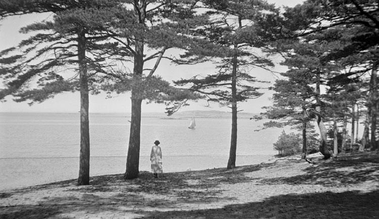 Enligt senare noteringar: Styrsö i skogen. Anna och segelbåt. 24 Juni 1921.