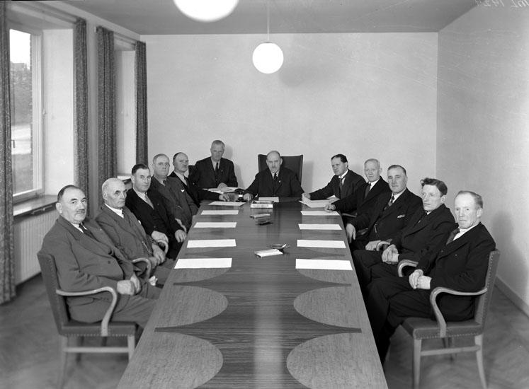 """Uppgift enligt fotografen: """"Uddevalla. Sammanträde VSS okt 1942""""."""