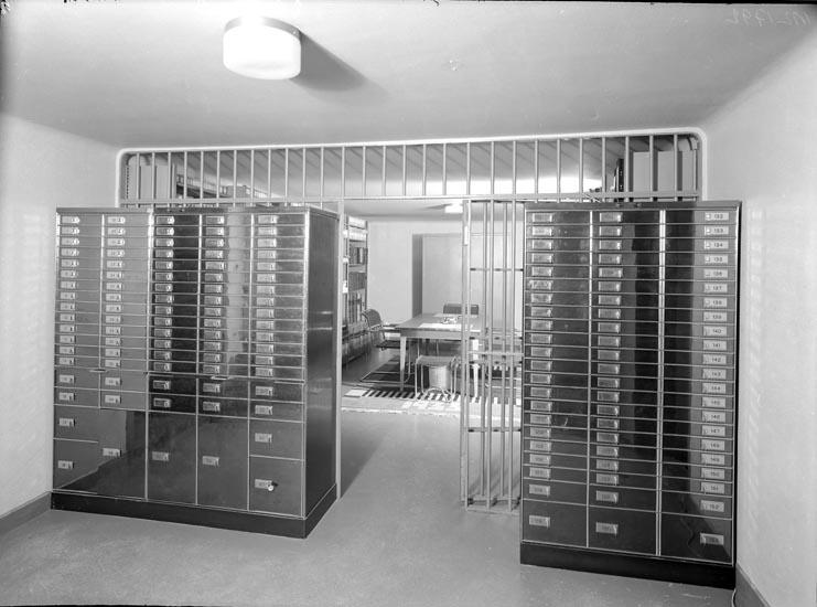 """Uppgift enligt fotografen: """"Uddevalla. Interiör. Sparbanken. Juli 1935."""""""
