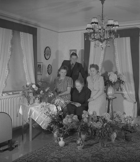 """Text till bilden: """"Fru Klara Strand. Födelsedag. 1947.10.11""""."""