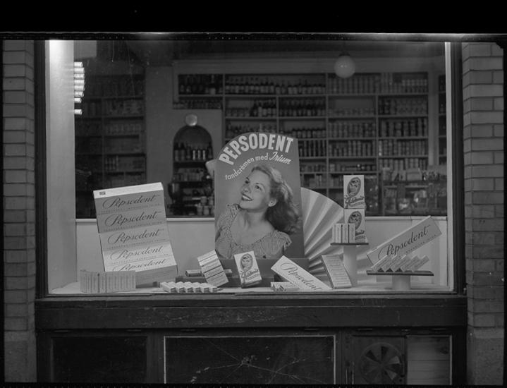 """Text till bilden: """"Skyltfönster. Handelskompaniet. Vestkusten. Pepsodent. 1950""""             i"""