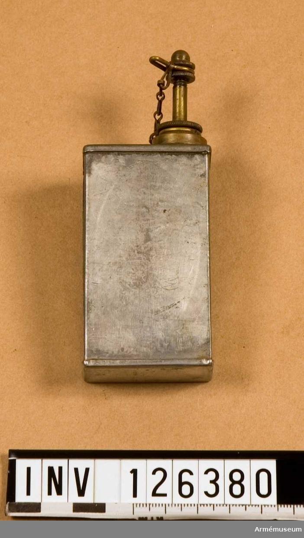 Oljekanna, av förtent plåt ca 0,5 dl, fyrkantig