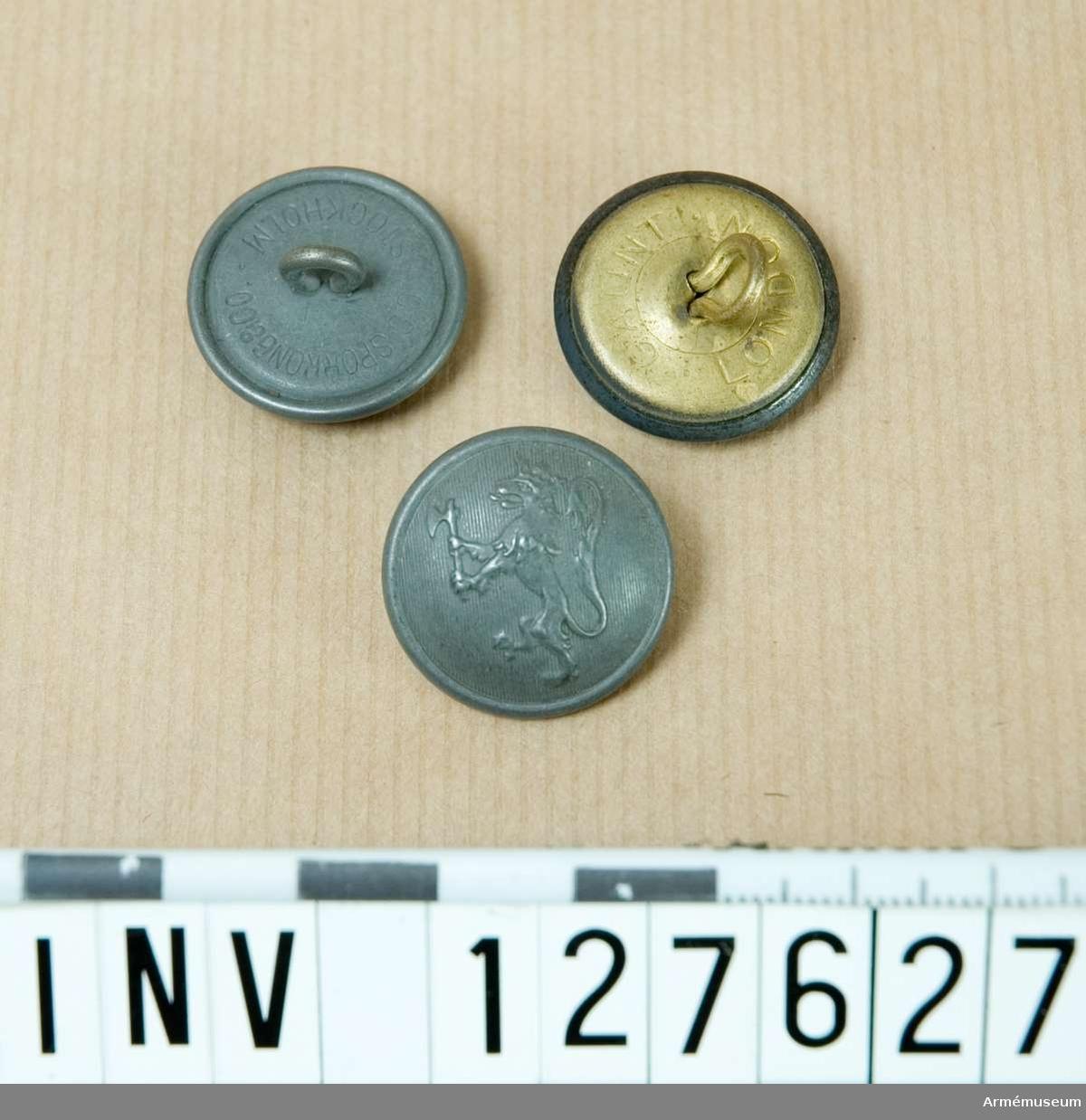 Låda innehållande en större mängd knappar, gråmålade med det norska lejonet.