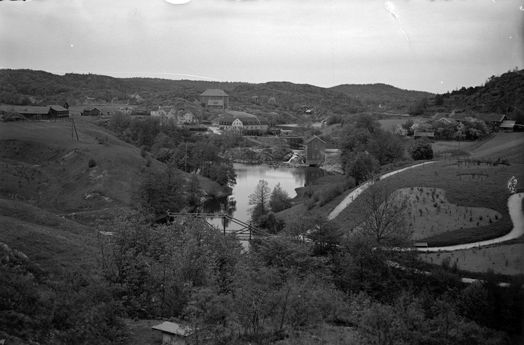 """Text till bilden: """"Vy över Bäveån från Kasernterassen. Taget 4/6 kl. 1,25 em.1922""""."""