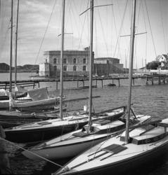 Segelbåtar i hamn på Marstrand vid Södra Strandverket