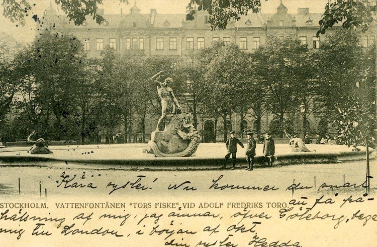 """Notering på kortet: Stockholm. Vattenfontän """"Tors fiske"""" vid Adolf Fredriks torg."""