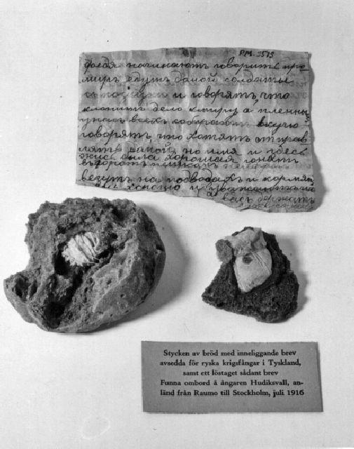 Brödstycke innehållande brev. Brödet härör ur krigsfångepaket från Ryssland (avsedda för fångar i Tyskland). Upphittade i lastrummet på ångfartyget S/S Hudiksvall i Stockholm den 29 juli 1916.