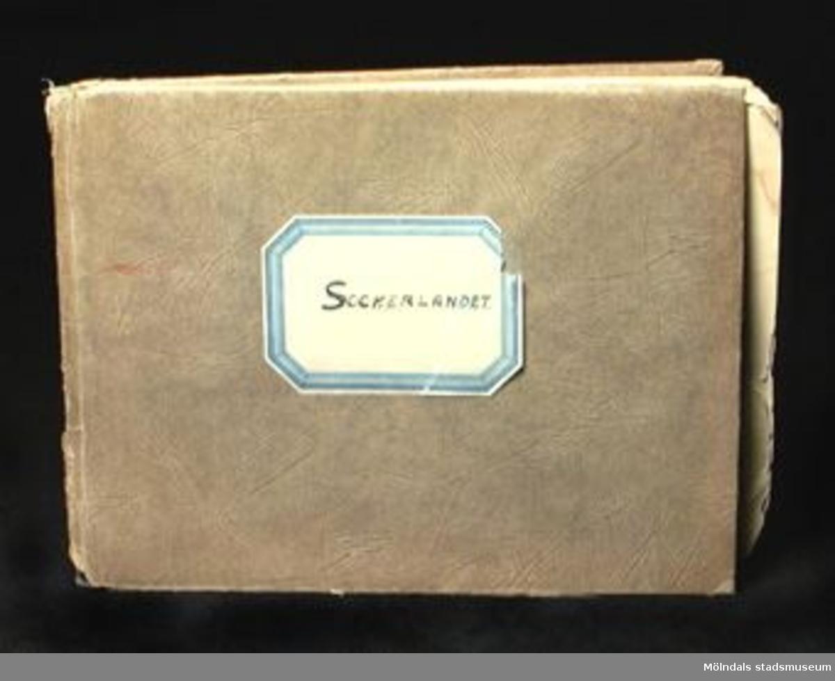 En sångbok av fröken Malin Sundelin, Sthlm, 1933. 24 sidor. Brunt pappersomslag med etikett på märkt: SOCKERLANDET.Lagad med tejp.