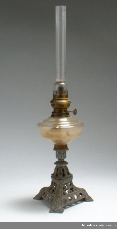 Fotogenlampan är 32,5 cm hög utan lampglas, skärm saknas.