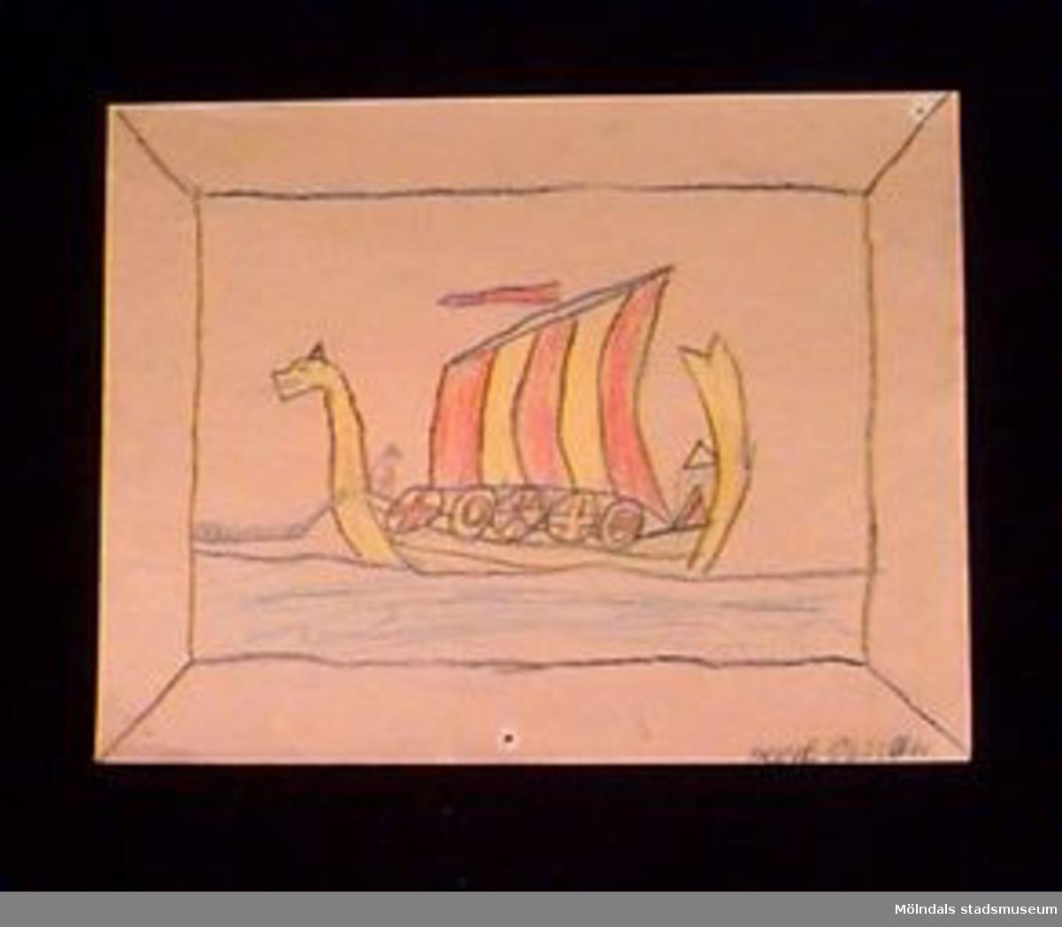 En teckning föreställande ett drakskepp/vikingafartyg. Utfört i blyerts och krita. Givaren gick hela sin skoltid i Toltorpsskolan.
