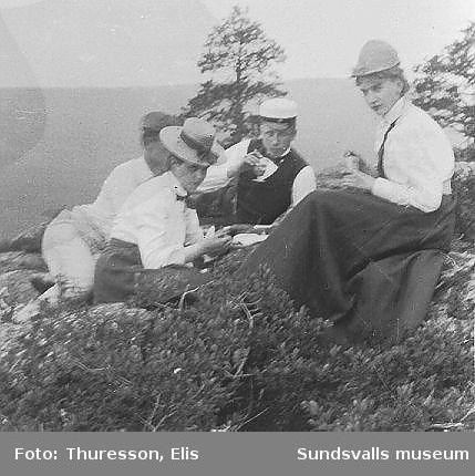 """Sällskap på utflykt dricker kaffe på """"Nolbyknölen"""", Nolbykullen i Njurunda. I mitten Elsa Andersson, gift med Axel Thuresson 1905, och Elis Thuresson."""