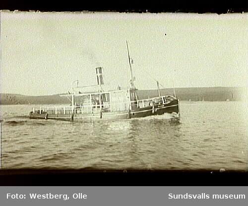 """Bogserbåten """"Flink"""" i Alnösundet."""