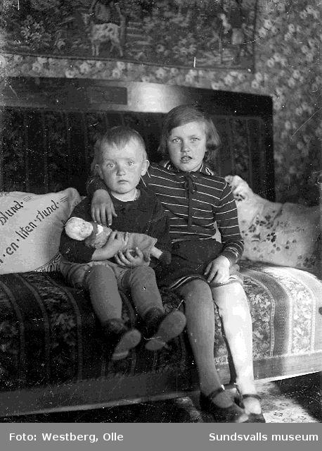 Sven-Olov och Anne-Marie Westberg, barn till Linnea och Olle Westberg, i familjens bostad i LO-villan, Gustvfsberg, 1930.