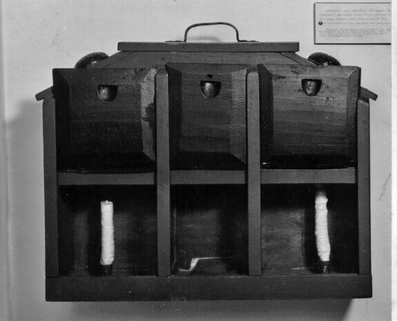 Nakterhus en form av skåp, där fartygskompassen hängs upp. Övre hälften är försedd med tre skjutdörrar på långsidan samt handtag upptill. Nedre hälften indelad i tre fack, vikas framsidor och mellanväggar utgöras av glasskivor. I mellanfacket förvarades kompassen belyst av stearinljus, placerade i ytterfacken.
