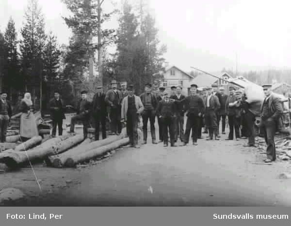 """Alby 1898. """"Torget"""" med järnvägsstationen i bakgrunden. Gruppbild."""